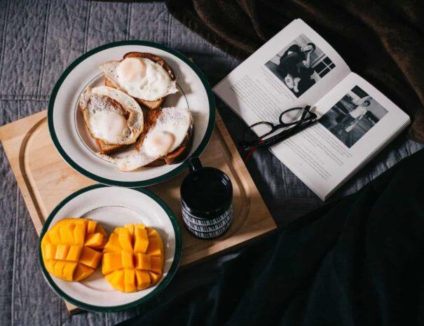Desayuno sobre la cama en dormitorio
